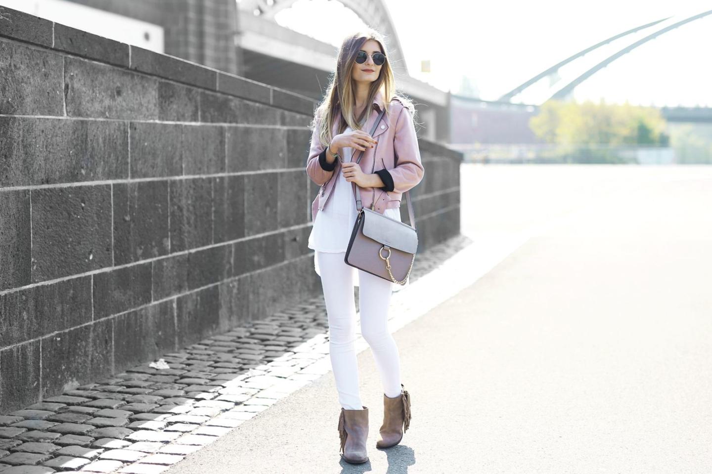 Outfit: Weiße Jeans & Bikerjacke