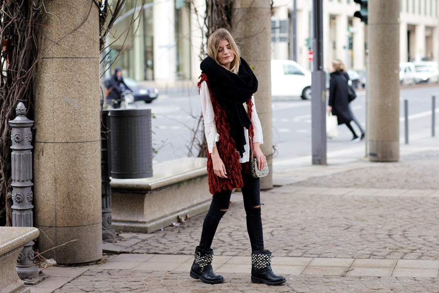 Outfit: Rote Fake-Fur Weste