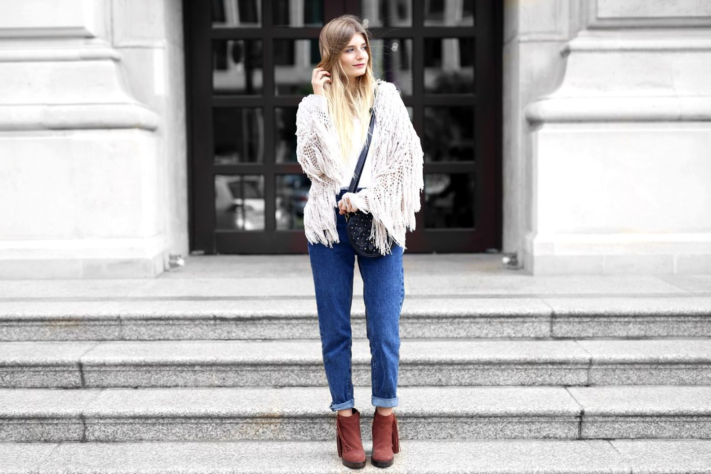 Outfit: Mom Jeans & Fransen Cardigan