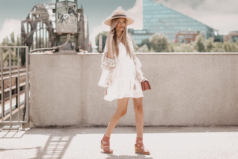 So stylt ihr ein schlichtes Sommerkleid zu einem Hingucker